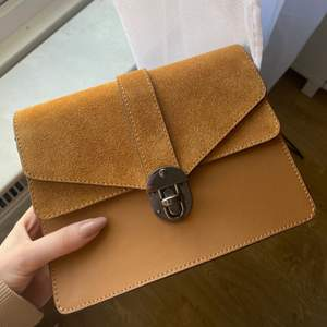 Helt ny superfin liten väska i äkta läder och mocka💞 köpt i en liten läderbutik i Venedig och helt oanvänd. Den är i otroligt bra och fin kvalitet, finns axelband till den också💕💕 Köpte för 1300 säljer för 400