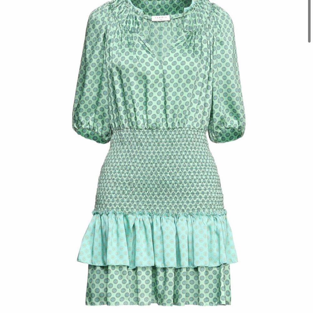 ! INTRESSEKOLL! jag har inte bestämt mig för att sälja den än! denna skit snygga gröna sandro klänning som tyvärr inte har kommit till användning. Den är i storlek 38 och är i fint skick! Hör av er vid intresse! denna är ej såld men ska bara inte sälja den just nu. Klänningar.