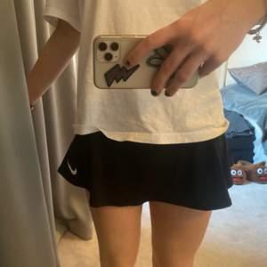 Tenniskjol från Nike! Storleken är i S (barnstorlek). Den är för liten för mig och passar någon som brukar ha XXS i vanlig storlek. Jag har vanligtvis S 💓 säljer en likadan i rosa, men i storlek M