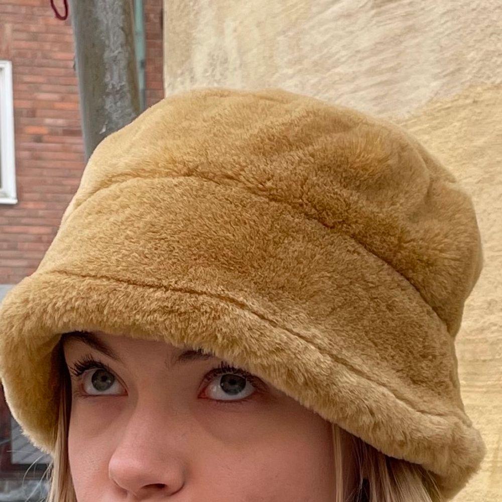 Säljer denna coola fluffiga hatt/mössa!. Accessoarer.