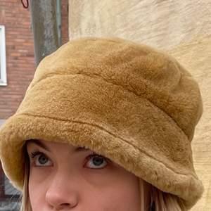 Säljer denna coola fluffiga hatt/mössa!