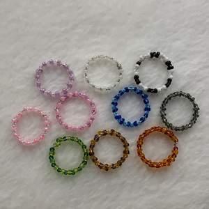 Egen gjorda ringar, det finns fler av varje färg.                             En blå, grön, svart vit, brun, röd, rosa vit, lila vit, rosa lila, perl vit. Det går även att beställa specific färg och storlek!  Storlekarna är olika men mellan s-m. Om man är intreserad så är det enkelt att få måten till alla ringar för att se om ringarna kommer passa. Dem kostar 10kr st!😇