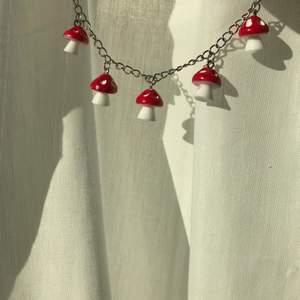 Smycken med svamp berlocker! Finns i färgerna röd och lila! Du kan välja olika modeller bara att höra av dig privat så kan jag förklara, samma gäller med pris, hör av dig vid frågor eller intresse!🍄❤️