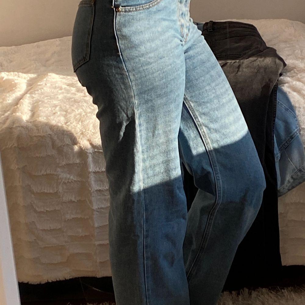 Ett par trendiga blå wide jeans som ser lite olika ut på bilderna pågrund av ljuset men de är super vackra och passar verkligen till ALLT! Säljer de då de är lite för tajta på mig!. Jeans & Byxor.