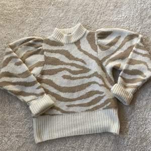 En tjock stickad tröja från Gina tricot💕 i beiget zebramönster stolek xs men är väldigtöjbar❣️säljer den för att jag tycker inte att den passar mig. Kom privat om ni vill ha fler bilder och köparen står alltid för frakten!!!💓