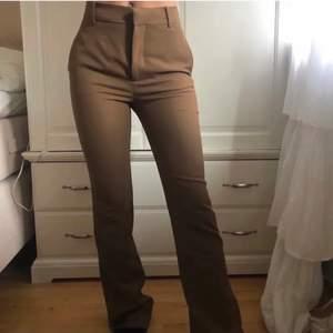 Intressekoll på mina bruna kostymbyxor från zara, helt slutsålda överallt. Byxorna är i FULL LENGTH och går ner till fötterna på mig som är 172cm. Köpta för 599kr. Köp direkt för 500kr+ frakt