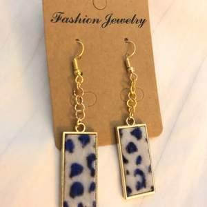 Fluffiga leopard örhängen! Frakt: 14kr😇❤️❤️*Alla örhängen kan göras till halsband vid intresse, köp 3 par örhängen och få det fjärde gratis, gäller alla örhängen!!☺️❤️