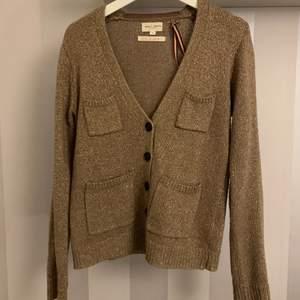 Så snygg tröja i brun med glitter , super skönt matrial , oversized , skick 10/10 köparen står för frakt