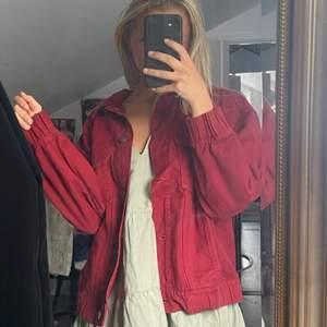 säljer denna skitsnygga vintage röda jeansjacka, skulle säga en oversized S,  (vet ej var ifrån eller dtorlek då den ej har lappar) för mer info skriv privat!