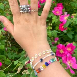 Så fint egengjort somrigt armband med små söta vita blommar och spänne💕 Priset är exklusive frakt🌟