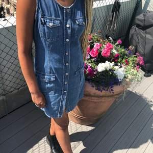 Fin jeansklänning med knappar hela vägen där fram. Perfekt klänning att bara slänga på sig en sommardag men går även att styla med snygga skor och smycken!