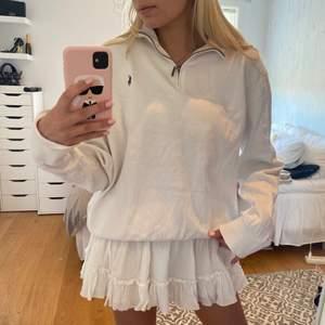 En snygg vit half zip up sweatshirt från ralp Lauren. Passar super till sommarn då den inte är så tjock. Storlek M