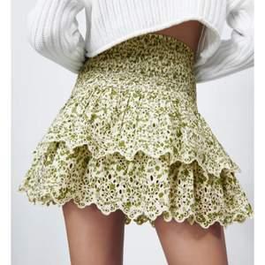 Snygg och slutsåld kjol från zara! Knappt använd☺️ Passar storlek XS-M!