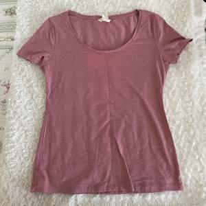 Rosa tröja från H&M i storlek M. Frakt tillkommer.