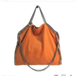 Hej! Jag söker en stella mccartney väska i färgen orange. Jag skulle gärna byta mot en likadan väska fast i grön med guldkedjor som är super fräsch. Hör av er vid intresse eller om ni vill ha bilder på min väska. OBS endast liten väska💕💕💕💕