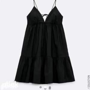 Säljer denna skit snygga klänning ifrån zara lika snygg med en tröja över som utan!