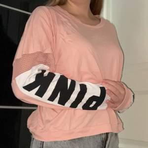 """Säljer denna coola rosa tröjan från pink! Den har coola nätdetaljer och text där det står """"pink"""" på ärmarna! Sparsamt använd och i mycket bra skick! Kontakta mig vid intresse🦋🦋"""
