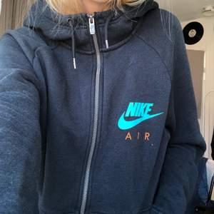 Sjukt cool Nike Air zipup hoodie! Har inte haft så mycket användning för den.