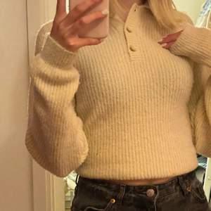 Väldigt skön stickad tröja som inte sticker alls. Är croppad. Perfekt till hösten.