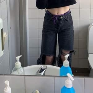 Så snygga vida svarta jeans från pull&bear med ganska stora hål vid knäna. Högmidjad och knappen/dragkedjan sitter lite snett(finns två knappar, en som syns och en som är på insidan)  långa på mig som är 167cm, storlek 34, men skulle säga att dom passar 36 oxå. Skriv privat för fler bilder, jättebra skick! 160kr +frakt 💞💞💞💞