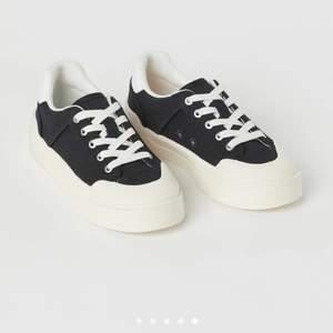 Säljer mina snygga skor som jag bara använt en gång då dom är försmå. Säljer för 250kr köpta för 399kr