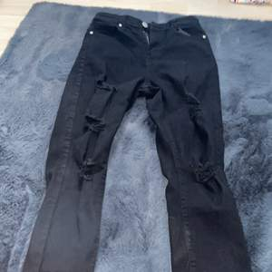 Använd 1 gång. Storlek 34/36. Svarta skinny jeans med hål i från boohoo. Bra skick. Säljer för att de inte kommer till användning längre.