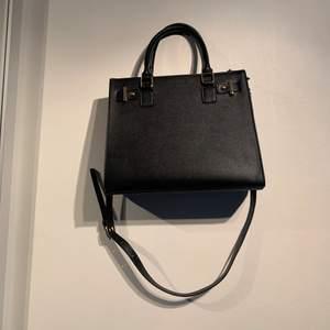 Super fin väska med bra förvaring, finns två st olika band man kan använda! Köpt på Ullared men aldrig använd