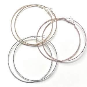 """Säljer nu dessa super fina örhängena! Helt nya, alltså inte använda! Finns i tre olika """"färger""""! Silvriga, guldiga och rosegold! Frakt tillkommer 12kr❗️ Passa verkligen till allt! 49kr st"""