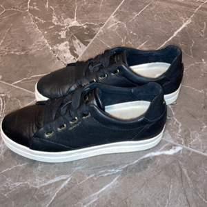 Snygga svarta GANT-skor som är sparsamt använda (max 5 gånger) då de inte är rätt storlek. Köpta för ca 1 år sedan för 1400kr och har tyvärr inte kartongen kvar. Priset kan diskuteras!