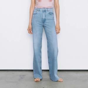 säljer mina zara jeans i modellen 90s full length. eftersom de är för stora på mig har jag använt de väldigt sällan, därav fint skick! jeansen är avklippta för att passa mig perfekt i längden, är 177 cm lång 💕 säljer även ett par gråa i samma modell!