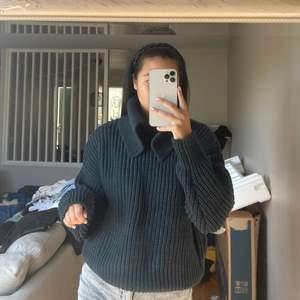 Oanvänd oversized stickad tröja med krage ifrån H&M, skulle lämna tillbaka men var för snabb med att dra av etiketterna så därav har jag kvar den 🧡 #hm #tröja