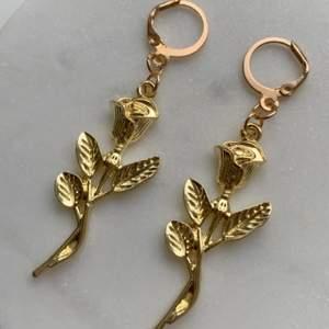 Gör handgjorda örhängen & nyckelringar✨🌹                       Om du köper två smycken så blir de gratis frakt                    Om du skulle vilja matcha så säljer jag även liknande nyckelringar (bild 2)✨