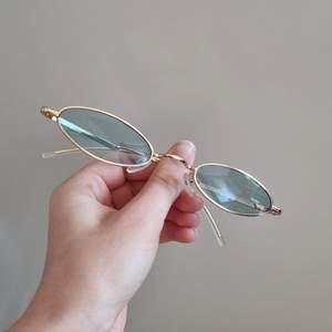 Säljer coola solglasögon med lite guldfärgad ram och gröna glas. Köpta på marknad. Skitcoola! 100 kr + frakt