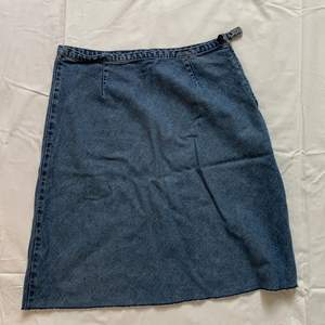 Kjol i jeansmaterial från United colors of Benentton med dragkedja och knapp i sidan