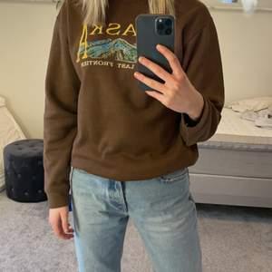 Oanvänd jättefin tröja från asos , säljer bara vid högt bud. Frakt tillkommer. Köpte för 500 ny.  Kolla gärna min profil har lagt upp mycket nya och fina saker.