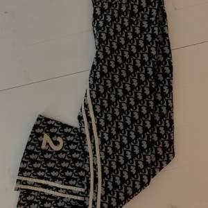 Säljer mina byxor ifrån dior, dom är äkta och är i storlek S men passar en XS. Jag är 165 och längden är perfekt, lite vida nertill och sitter sjukt snyggt på. Mitt pris är 3000kr men tar även emot bud!