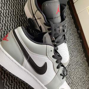 Säljer mina Jordans 1 low i grå färg då dem inte passade mig i storleken. Dem är aldrig använda bara testade inomhus och jag har kvitto på dem samt kartong medföljer. Det är storlek 39. Köp direkt elr buda