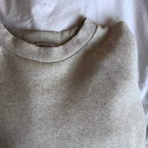 Jätteskön sweatshirt från chiquelle!! 🤩 säljer pga kommer inte till användning. Den är i storlek XL då jag ville att den skulle vara overzized, den är i en jättefin beige färg med knytning längs ner, då man kan välja själv hur tajt den ska sitta.🥰