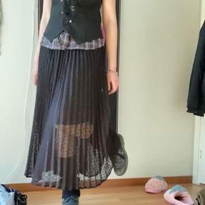 svart lång kjol, typ fairy grunge vibes, aldrig använd för har andra liknande kjolar. perfekt kvalitet, då den e oanvänd!