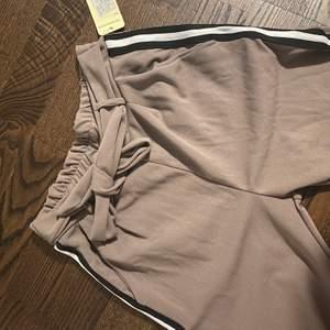Säljer dessa byxor som är helt oanvända, det är kostym material! Stl XS. Nypris 229