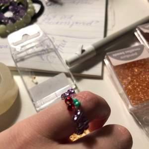 Säljer en till körsbärs ring i lite andra färger🤎 färgerna som finns kan man se på bild två och de är vit, aprikos, rosa, gul, mörkröd, lila, orange och röd❤️ det är bara att komma privat om du har några fler frågor😊 gör i alla storlekar💞