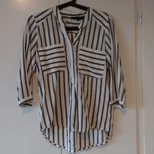 Vero Moda blus, randig i strl S. Sparsamt använd. Köparen står för frakt. (Kan skickas som brev då blir frakten billigare, men då är det ej spårbart)