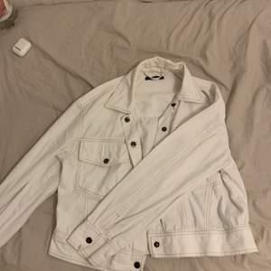 Jag säljer denna jättefina jeansjacka som använts fåtal gånger. Säljer på grund av att den ej kommer till användning. Denna är i storlek 38 men passar 36 och blir lite snyggt oversized. Köpt för 500 säljer för 400 då den knappt är använd. Priset kan dock diskuteras. Köparen står för frakt.✨🤍