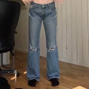 Jeans med två hål på knäna och små hål längre upp (se bilderna) Säljer för att de inte kommer till användning tyvärr, kontakta för mer information
