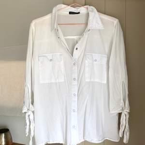 En vit härlig skjorta ifrån Rut & Cirkle. Skjortan är i storlek M men skulle säga att den passar bättre som S ☀️