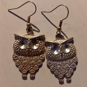 Söta örhängen med ugglor. Tror inte det är äkta silver. BETALNINGSMETOD: SWISH