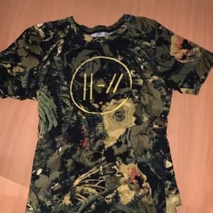 Merch, en T-shirt. Själv har jag aldrig använt den, köpt härifrån på Plick. I storlek S