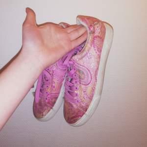 Fina skor i ok skick!! 💖Strl 39!