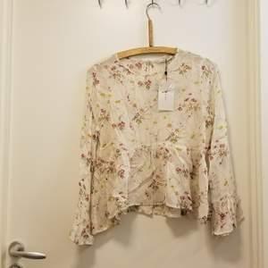 Jättefin tröja från Zara i storlek L. PRISLAPPEN FINNS KVAR. Den har en krämvit färg, ha paljetter och blommot broderade på den. Den är genomskinlig och passar perfekt för både vår och sommar! Kan hämtas i Flemingsberg eller så står köparen för frakt. Jag samfraktar gärna 😊🌸