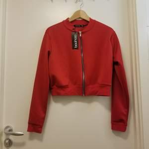 Oanvänd tröja från boohoo i storlek 38 med PRISLAPPEN KVAR! Kan hämtas i Stockholm Flemingsberg eller så betalar köparen för frakt. Jag samfraktar gärna 😊🌸